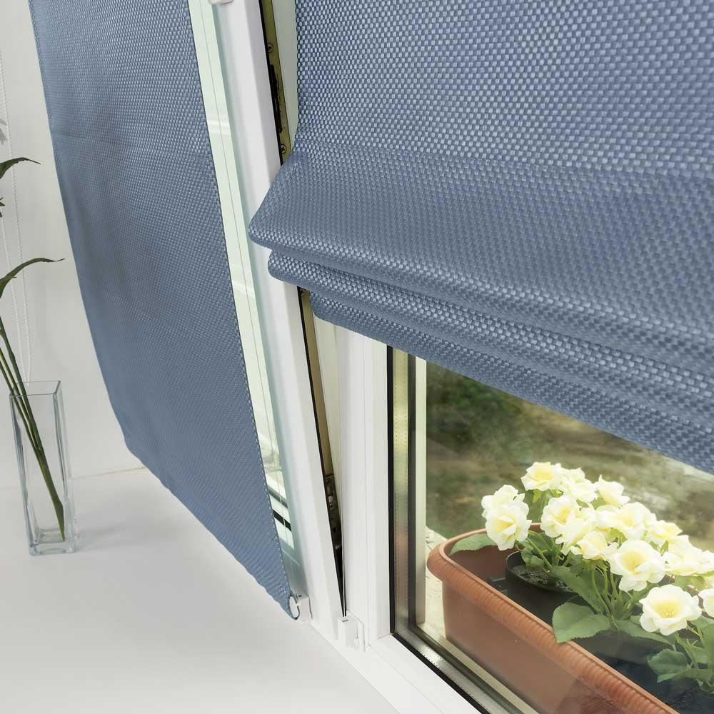 Мини-римская шторы на окне удерживается струной