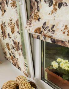 Мини римские шторы на пластиковом окне из ткани с цветочным рисунком