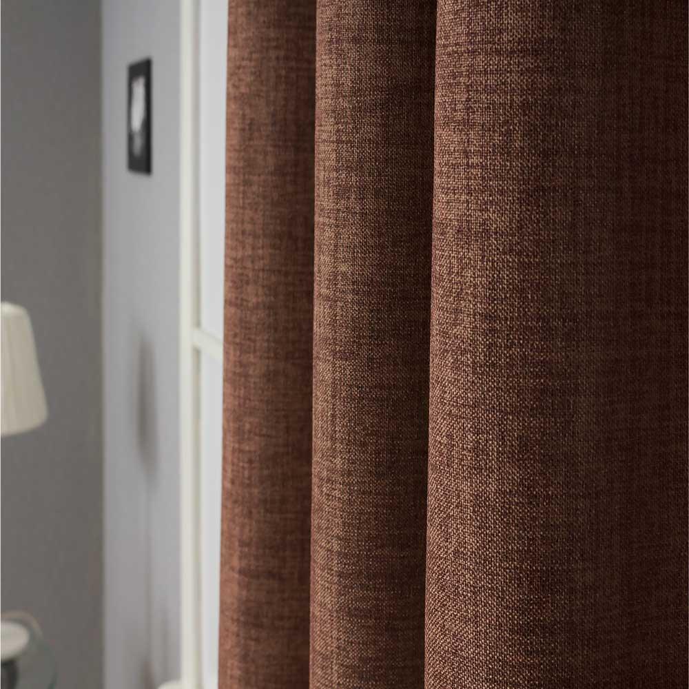 Штора из ткани ьлэкаут шоколадного цвета с фактурой напоминающей наткральные ткани