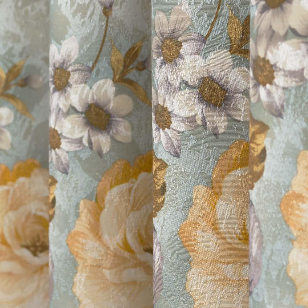 Шторы из ткани с цветочным рисунком на голубом фоне