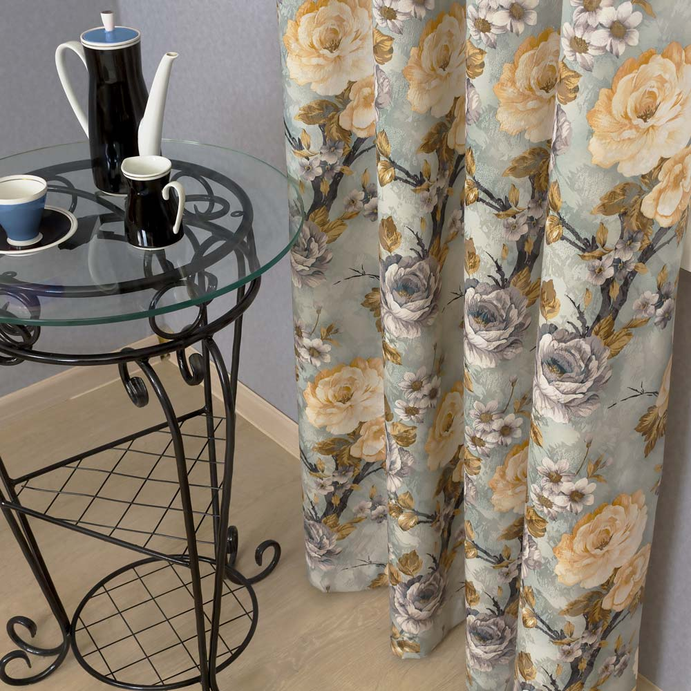 Штора в скадках из ткани с цветочным рисунком