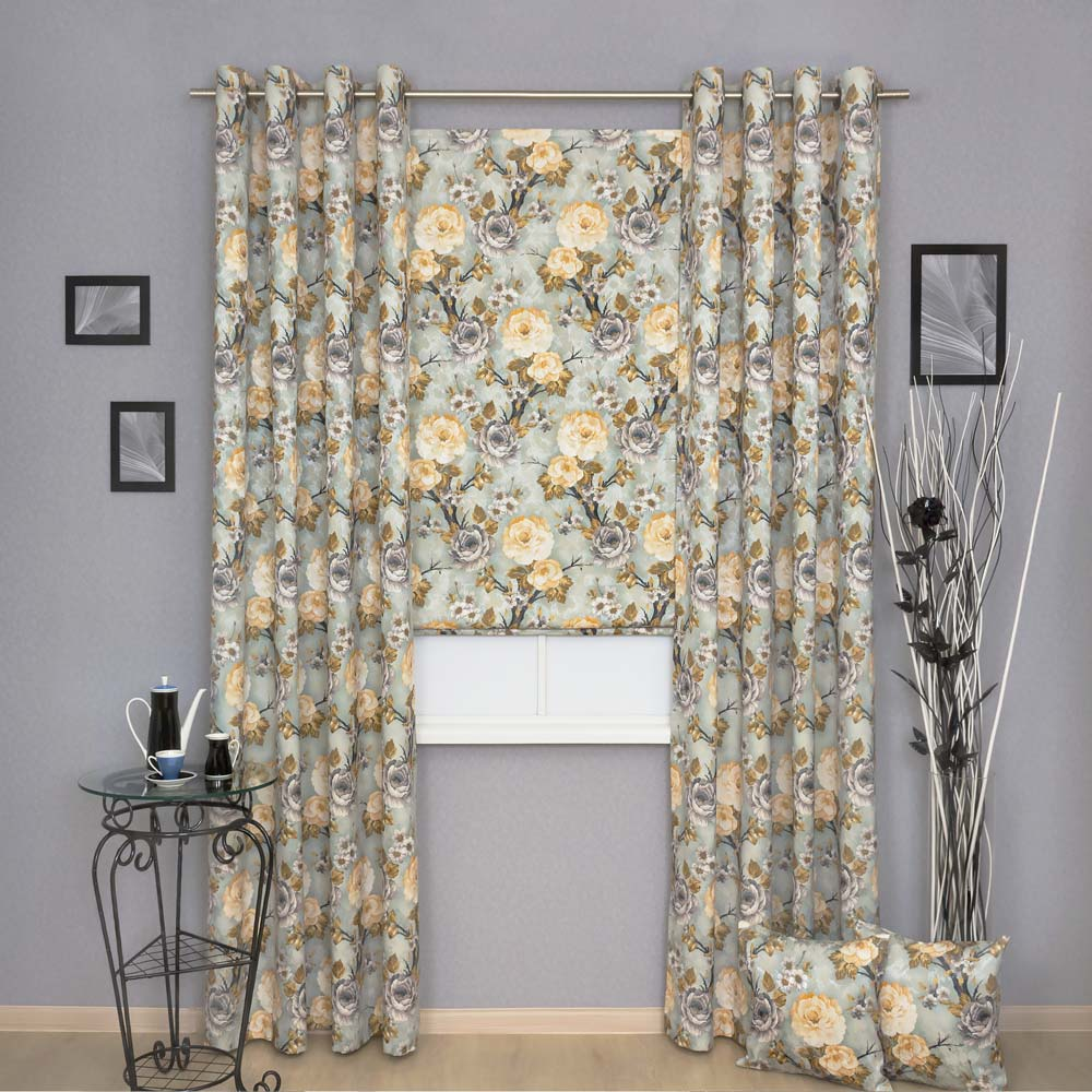 Комплект штор из ткани с желтыми цветами на голубом фоне состоит из двух штор на люверсах и римской шторы