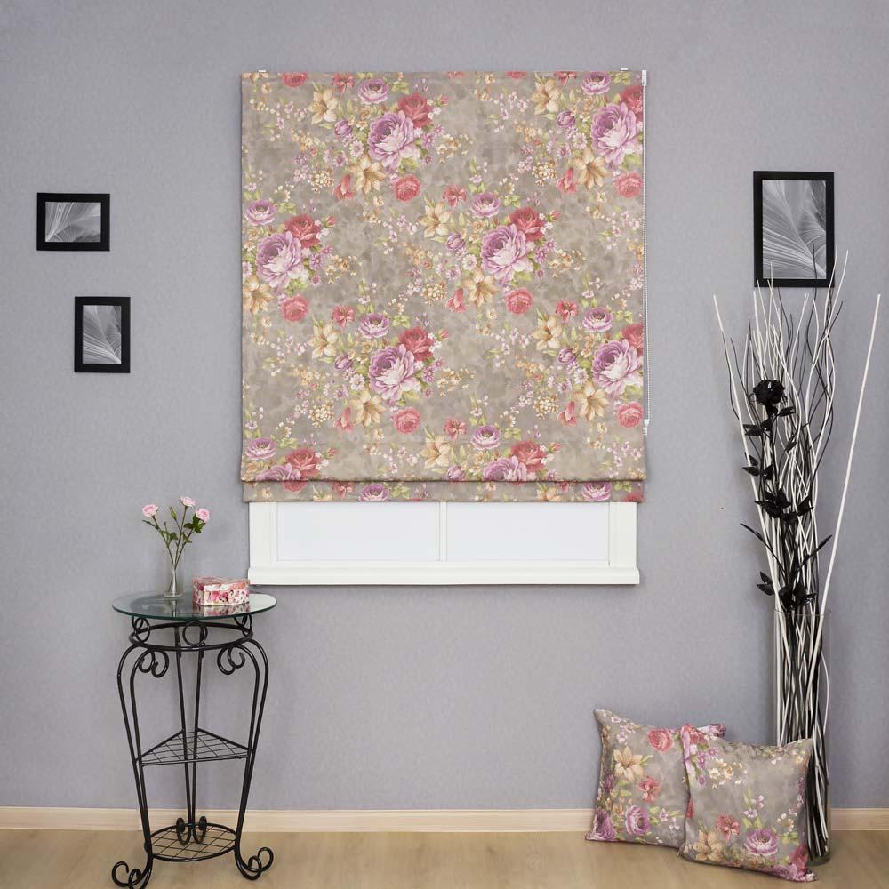 Римская штора с цветочным рисунком и декоративные подушки