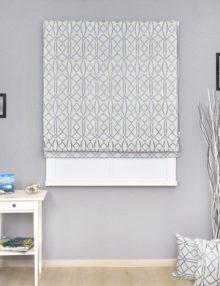 Красивая римская штора в интерьере и декоративные подушки
