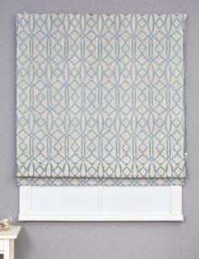 Красивая римская штора голубых оттенков на сером фоне