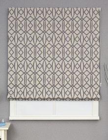 Римская штора крупным планом с фоилетовым орнаментом