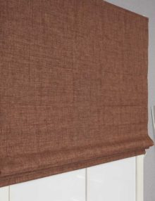 Красивая римская штора из ткани блэкаут шоколадного цвета