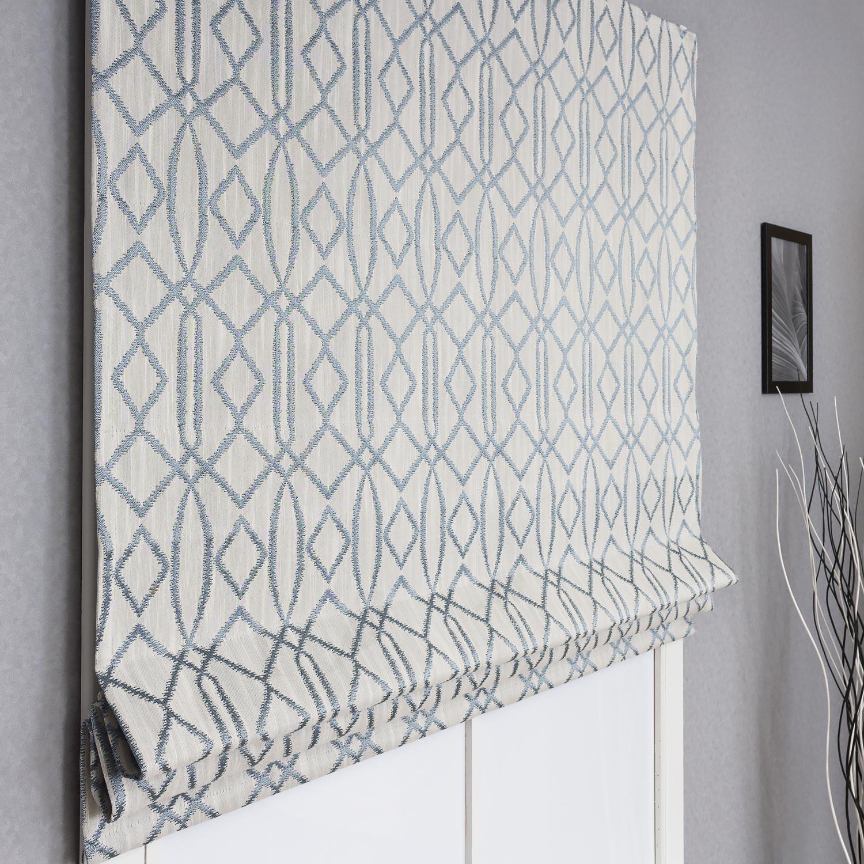 Модная римская штора из ткани с геометрическим рисунком ромбом на сером фоне