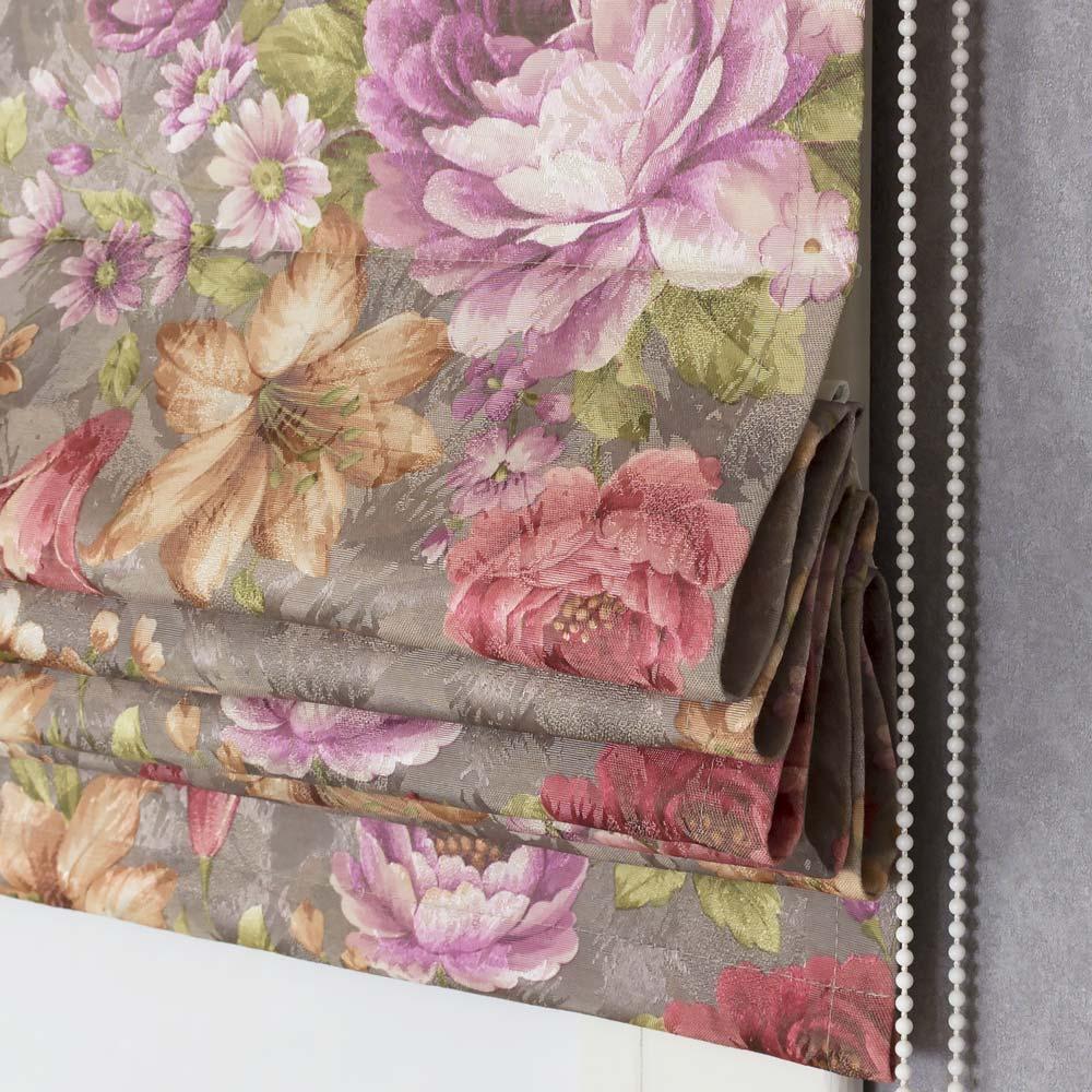 Римская штора с рисунком из цветов на сером фоне