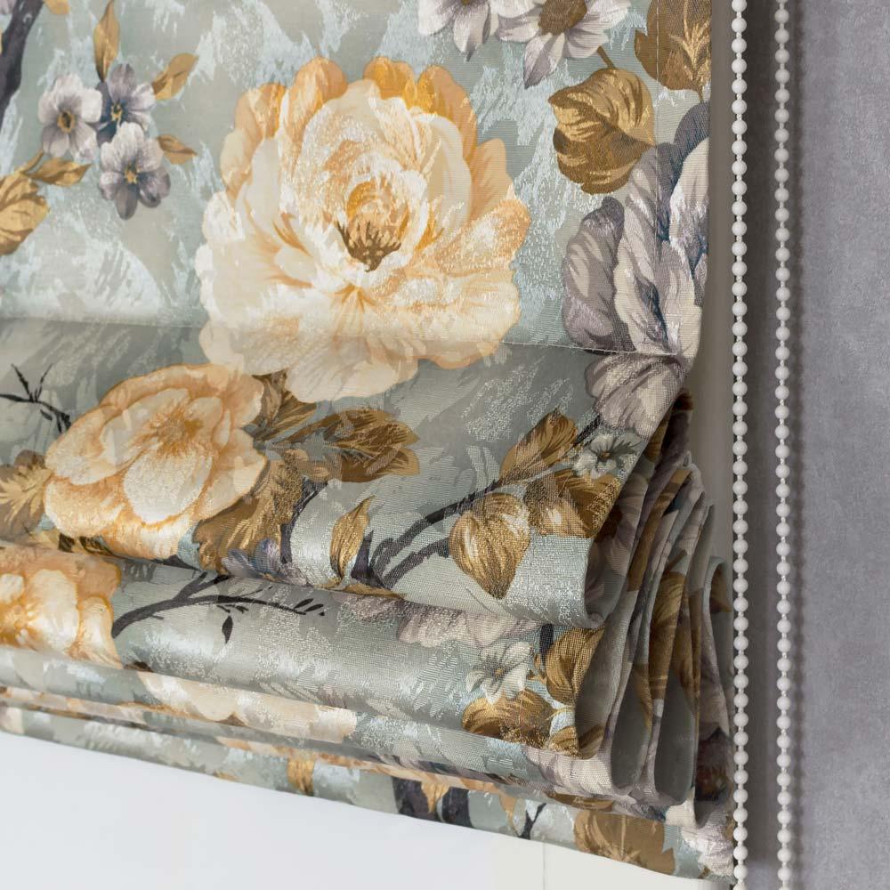 Римская штора с цветочным рисунком в голубых тонах