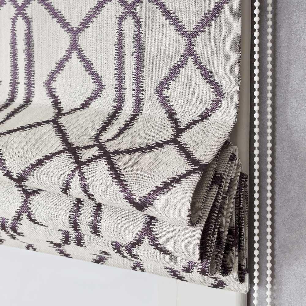 Римская штора с фиолетовым орнаментом на сером фоне ткань жаккард