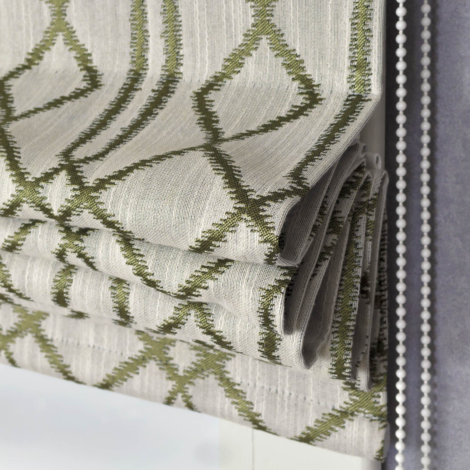 Римская штора с гометрическим рисунком для модрого современного интерьера