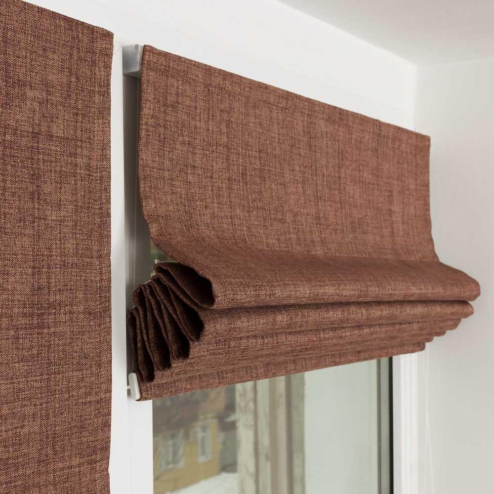 Мини римская штора собранная в складки на пластиковом окне