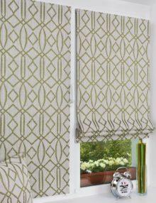 Две красивые мини римские шторы на окне без сверления