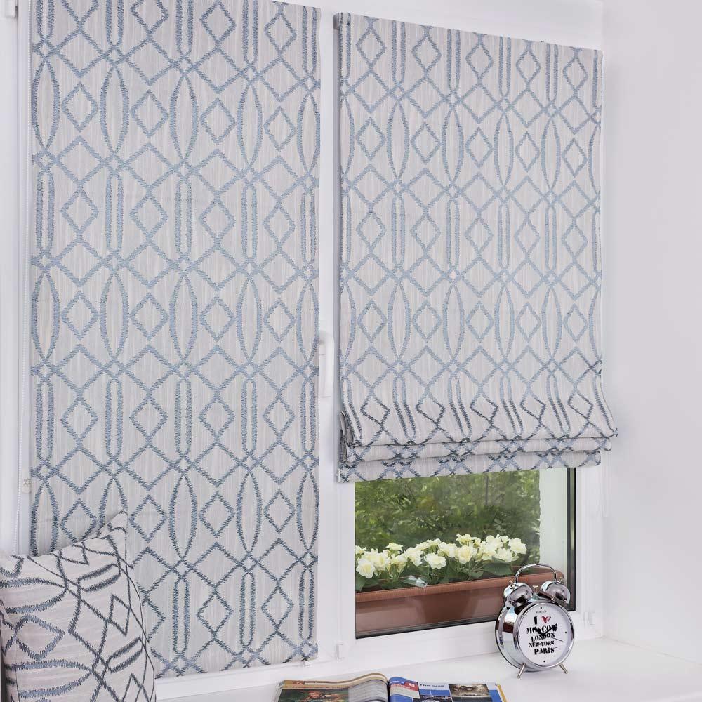 Мини римские шторы и декоративная подушка на окне с установкой без сверления