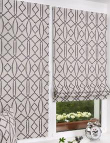 Две стильные мини римские шторы на окне