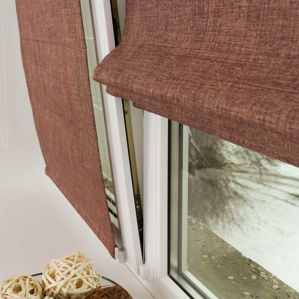 Мини римская штора надежно прилегает к окну
