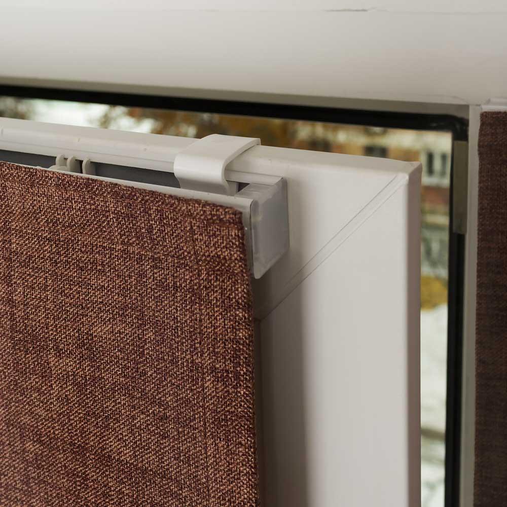 Крепление мини римской шторы шоколадного цвета на окно