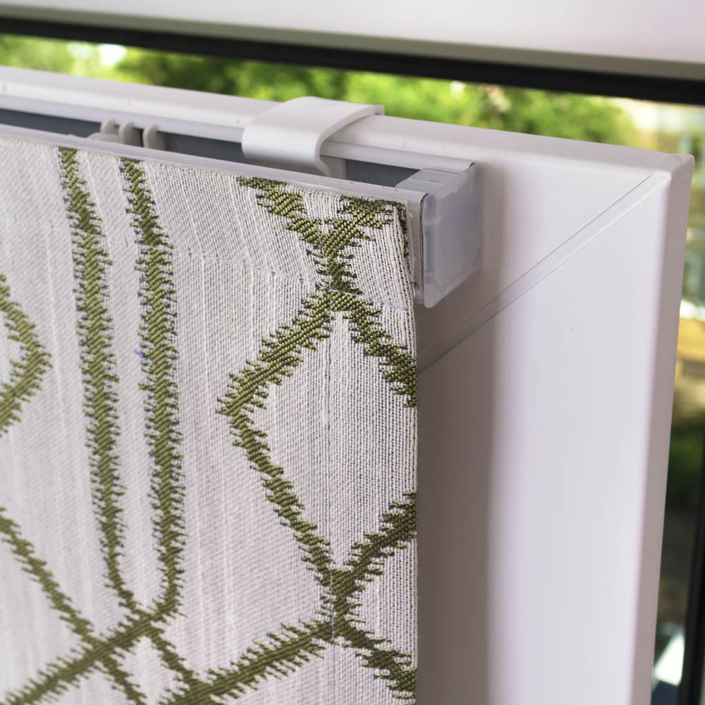 Мини римская штора установленная на пластиковом окне без сверления