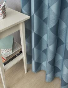 Стильная штора голубого цвета с крупным фактурным рисунком