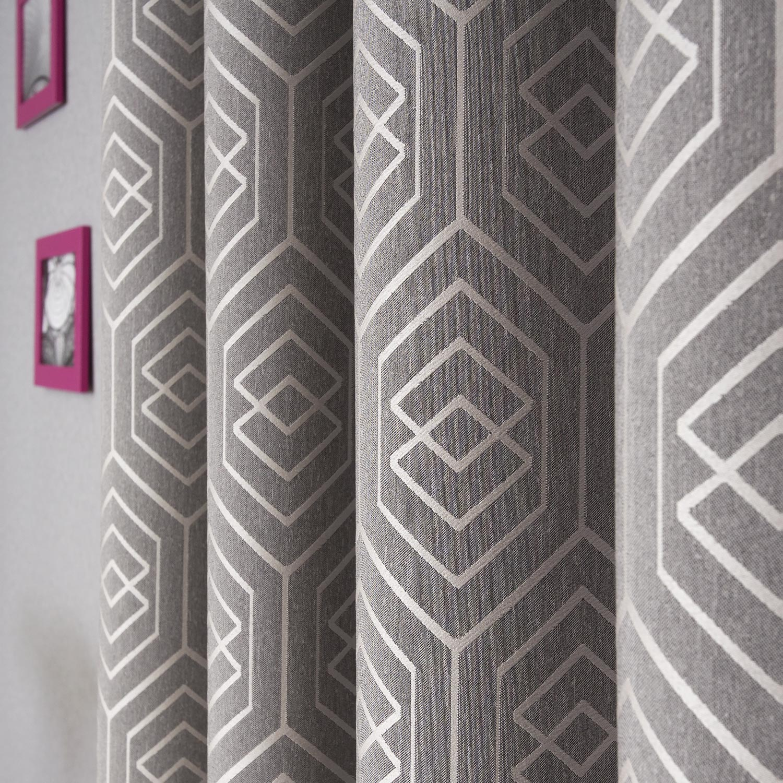 Шторы серого цвета с геометрическим рисунком