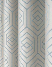 Красивые шторы из ткани с геометрическим рисунком голубого цвета пастельного оттенка