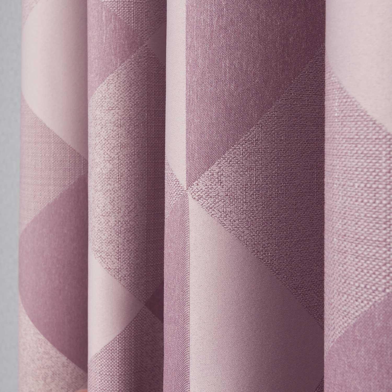 шторы пудренного цвета с геометрическим рисунком