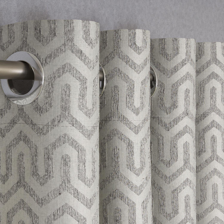 Шторы на люверсах сшиты из светлой ткани с орнаментом