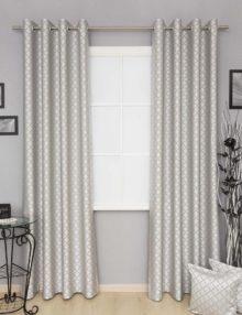 Шторы на люверсах и декоративные подушки из ткани с орнаментом