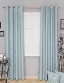 Шторы на люверсах из ткани голубого цвета с орнаментом. Декоративные подушки дополнят интерьер