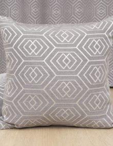 Декоративная подушка из ткани с геометрическим рисунком