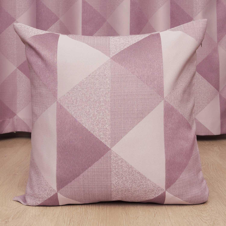 Декоративная подушка розового цвета с крупным орнаментом