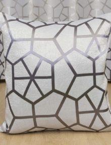 Декоративная подушка серого цвета с крупным рисунком