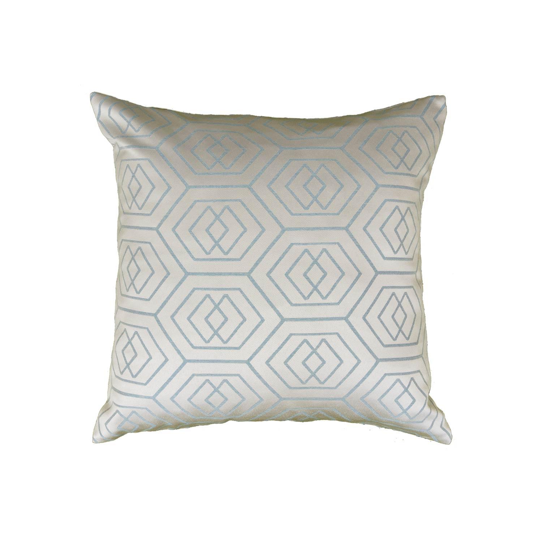 Декоративная подушка будет отличным дополнением к шторам