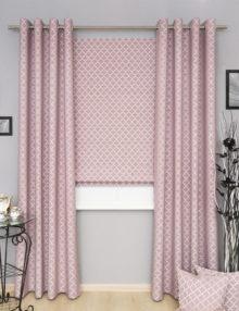 Комплект штор розового цвета состоит из римской шторы и штор на люверсах. Ткань розового цвета с восточным орнаментом
