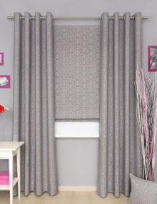 Комплект стильных и красивых штор из ткани с геометрическим рисунком. Комплект штор состоит из римской шторы и штор на люверсах