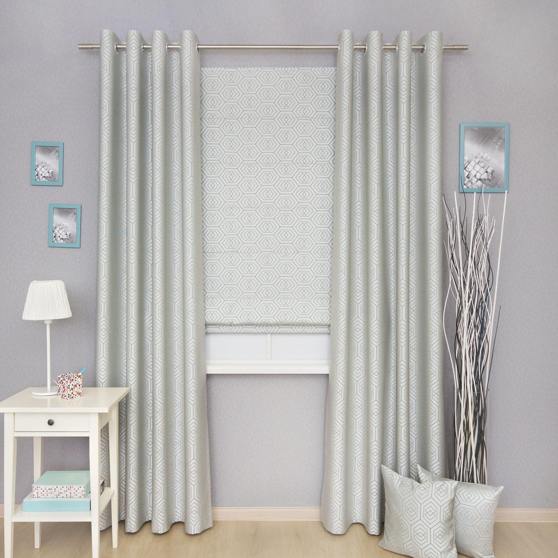 Комплект красивых штор с орнаментом голубого цвета состоит из римской шторы и двух портьер на люверсах.