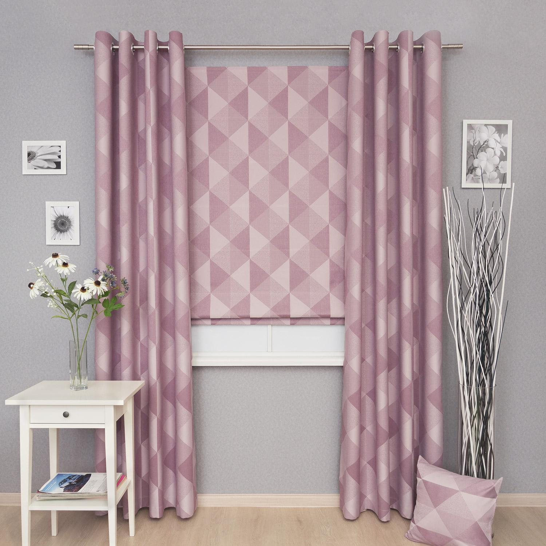 Комплект штор бледногозового цвета состоит из римской шторы и двух штор на люверсах. Комплект может быть дополнен декоративными подушками.