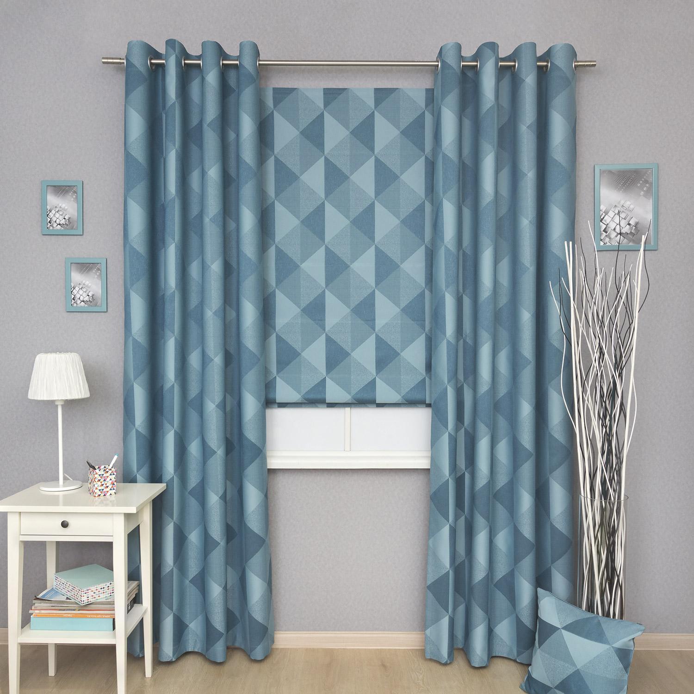 Комплект штор для детской комнаты состоит из римской шторы и штор на люверсах. Ткань голубого цвета с крупным рисунком