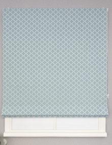 Красивые римские шторы из ткани голубого цвета с восточным рисунком