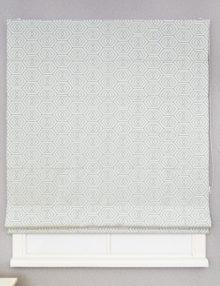 Римская штора из ткани с орнаментом голубого цвета на сером фоне.