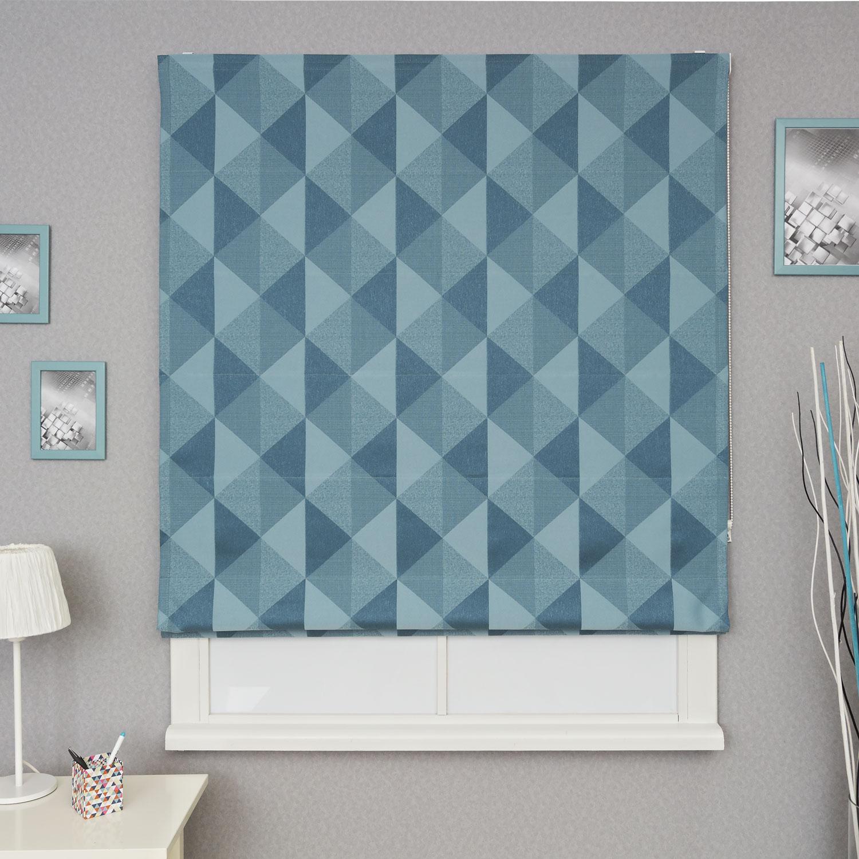 Яркая и красивая римская штора из ткани голубого цвета с крупным геометрическим рисунком