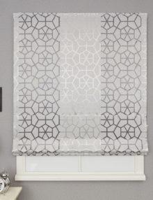 Римская штора сшитая из ткани серого цвета с геометрическим рисунком