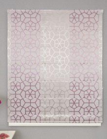 Красивая римская штора с геометрическим рисунком на пудренном фоне