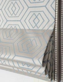 Римская штора с красивым орнаментом голубого цвета на сером фоне