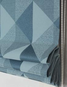 Римская штора из фактурной ткани голубого цвета и крупным рисунком