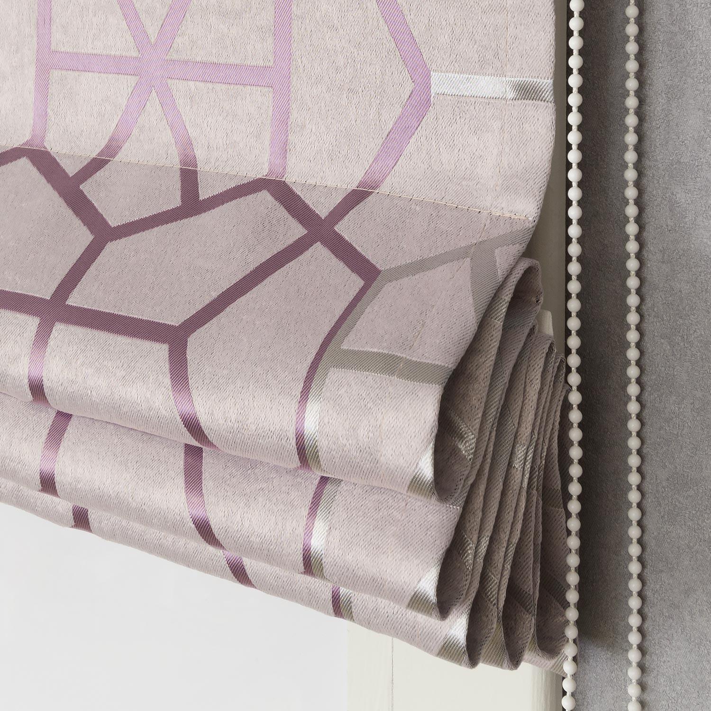Римская штора пудренного цвета и с крупным геометрическим рисунком