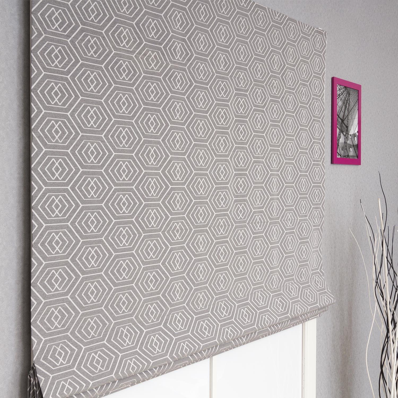 Красивая римская штора с геометрическим рисунком на сером фоне
