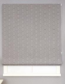 Стильная римская штора с геометрическим рисунком на сером фоне