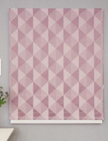 Красивая римская штора с геометрическим рисунком на ткани розового цвета
